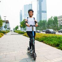 La DGT sale a la caza de los patinetes eléctricos y bicis que circulan por las aceras: 200 euros de multa para los infractores
