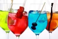 De los creadores del gin tonic 'ensalada' llegan a nuestras pantallas... ¡los rebujitos de colores!