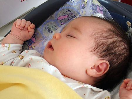 Para reducir el riesgo de muerte súbita en los primeros 6 meses, los bebés deberían dormir en su cuna pero junto a sus padres