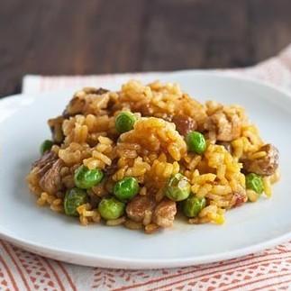 Receta de arroz con costillas y guisantes frescos, un plato único sublime