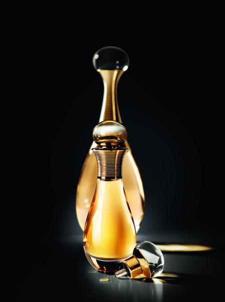 Con J'adore Touche de Parfum, Dior crea un nuevo gesto a la hora de perfumarse extremadamente íntimo y sensual
