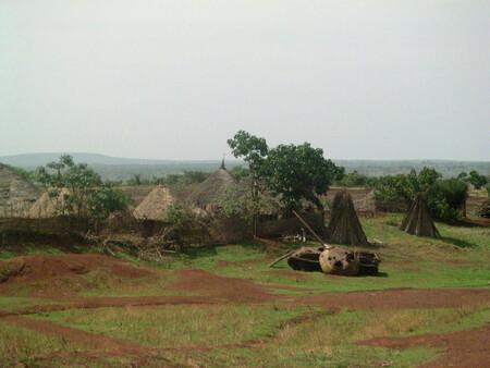 Poblado etíope con tanque soviético destruido