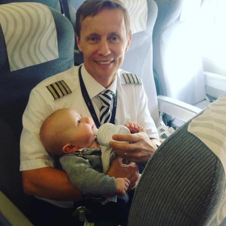 El precioso detalle de un piloto: ayudó a una madre que viajaba con sus cuatro hijos