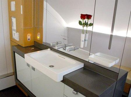El baño de primera clase de Lufthansa.