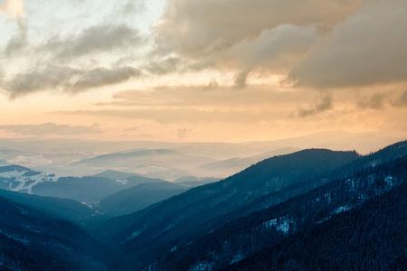 Amanecer entre montañas