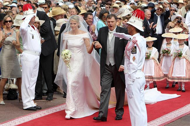 Foto de Todas las imágenes del vestido de novia de Charlene Wittstock en su boda con Alberto de Mónaco (13/19)