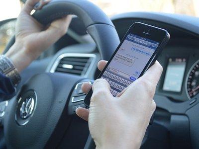 Un modo coche para erradicar el uso del móvil al volante, la idea del gobierno británico