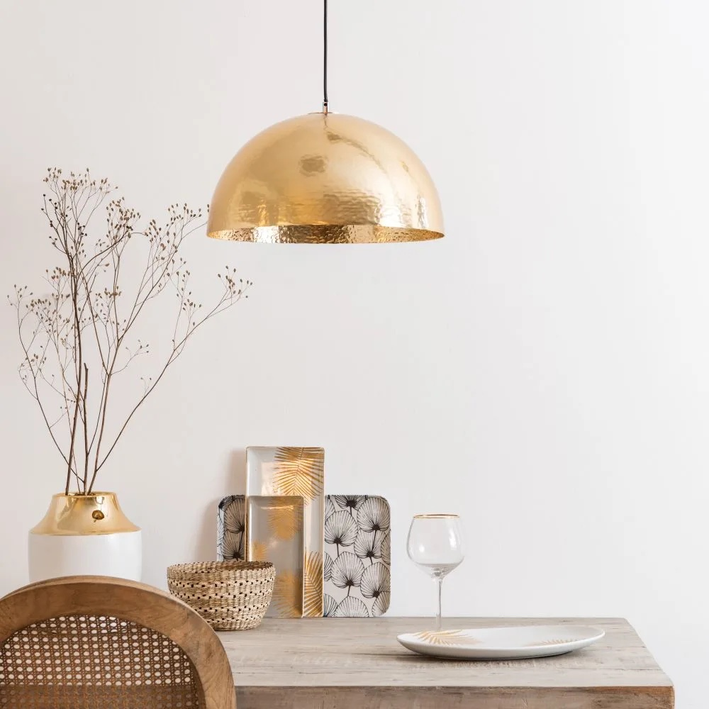 Lámpara de techo de metal martillado dorado.