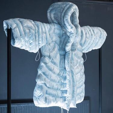 Hecho con mascarillas: así es este abrigo acolchado que nos pondríamos hoy mismo y que encima logra imitar al relleno habitual de estas prendas