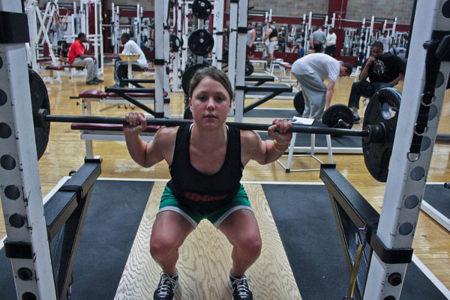 Al realizar sentadillas, controla el movimiento y no rebotes