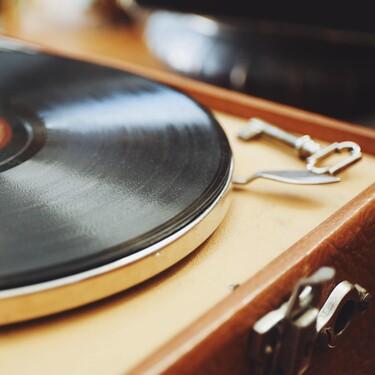 Es el momento de escuchar tus viejos vinilos: este tocadiscos rebajado en El Corte Inglés puede ser la estrella de la decoración de tu salón
