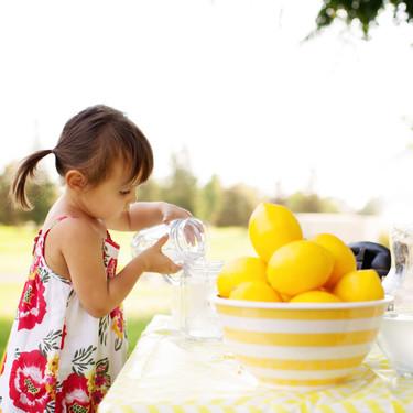 17 recetas de limonadas caseras y otras bebidas refrescantes para niños en verano