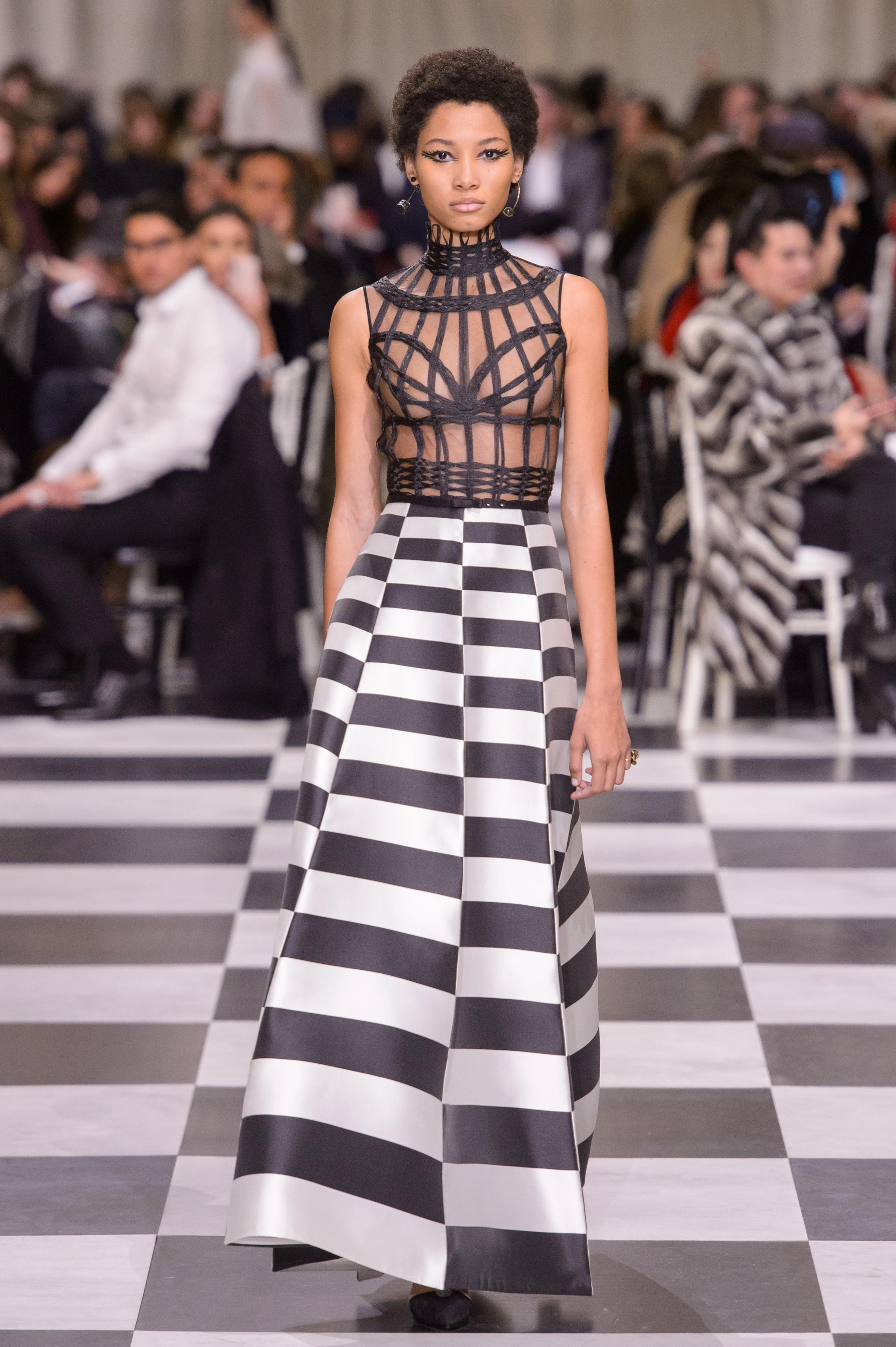 Foto de Dior Alta Costura: Maria Grazia Chiuri y su mágico desfile en blanco y negro Primavera-Verano 2018 (26/74)