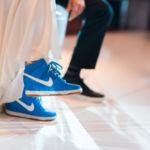 Casarse con deportivas: las sneakers conquistan el único terreno que parecía prohibido