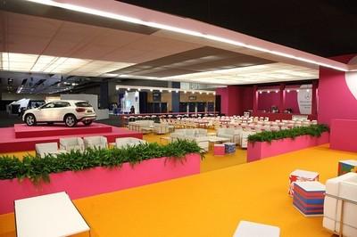 Agatha Ruiz de la Prada llena de color el Mercedes-Benz Living de MBFWM
