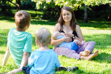 Un estudio demuestra que la leche materna expone a los bebés a compuestos tóxicos, pero amamantarles sigue siendo lo mejor