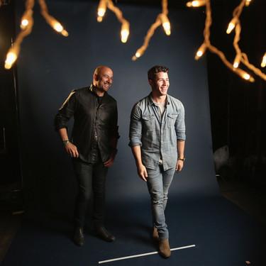Nick Jonas viste el perfecto look en denim para la presentación de su fragancia con John Varvatos