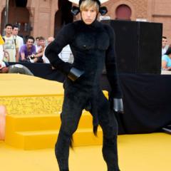 Foto 1 de 11 de la galería sacha-baron-cohen-aterriza-en-madrid-vestido-de-toro en Poprosa