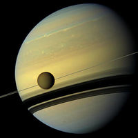 Unos 11 centímetros por año: la distancia a la que se aleja Titán de Saturno cada año: cien veces más rápido de lo estimado