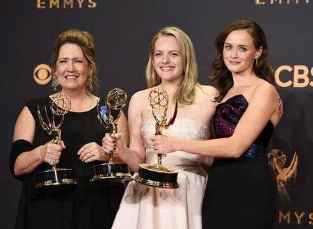 Estos son todos los ganadores de los Emmys de 2017, donde Hulu le ha ganado el mejor drama a Netflix