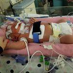 Que nadie bese a tu recién nacido: una bebé de 18 días muere al contraer meningitis por culpa de un beso