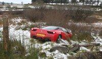 Pierde el control de su Ferarri 458 Italia con nieve, se sale de la carretera ¡y no lo destroza!