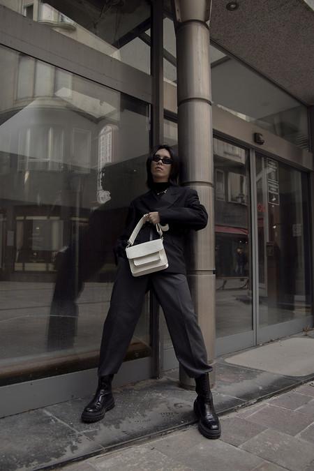 El Mejor Street Style De La Semana Apuesta Por El Urbanismo Del Layering En Negro De Regreso A Las Calles 08