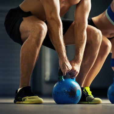 Trabaja todo tu cuerpo con estos ejercicios con pesas rusas o kettlebelles