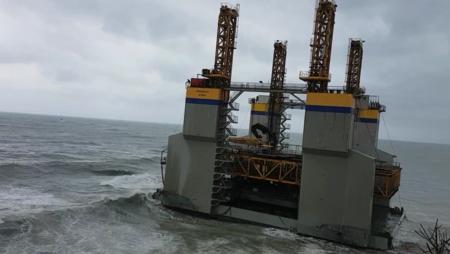 Hoy en cosas que no esperabas ver jamás: una plataforma marítima a la deriva encalla en Benalmádena