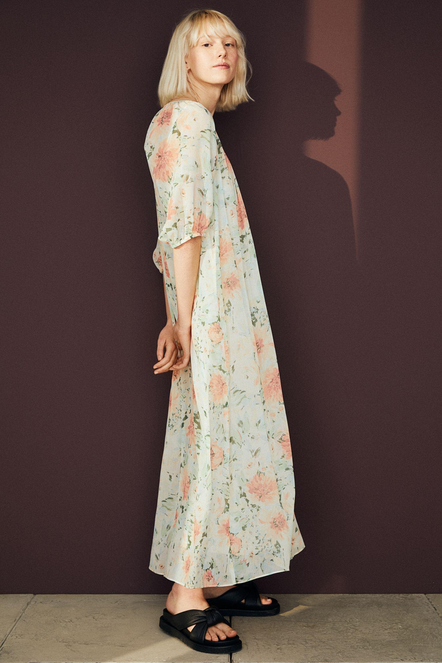 Vestido largo con vuelo y flores