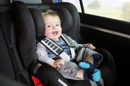Los niños que midan menos de 1,35 metros, siempre en el asiento trasero