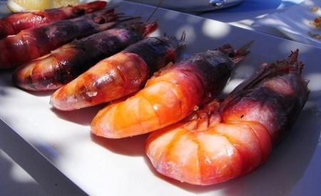 Algunos alimentos como la 'gamba roja de Garrucha' bajan sus precios también por la crisis