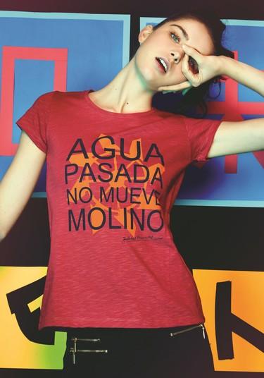 Haz que tu look hable con estas camisetas con mensajes