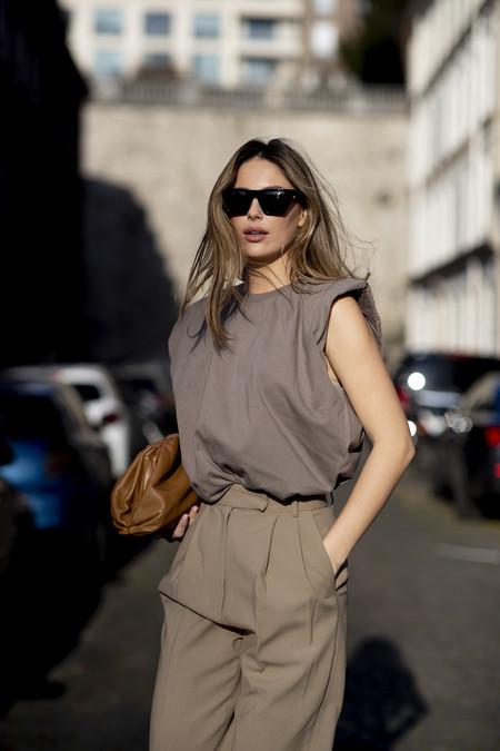 El street style lo tiene claro: el traje-pantalón se combina con botas (por encima)