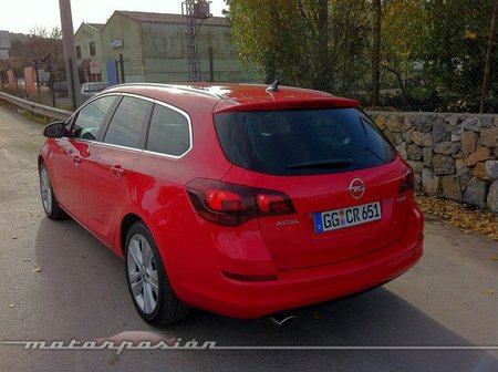 Opel Astra Sport Tourer trasera-lateral-02