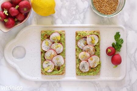 Tostas crujientes de aguacate con tahina, rabanitos y semillas: receta saludable