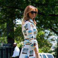 Melania Trump tiene el vestido de postales veraniegas más original del momento y su precio alcanza casi los 3.000 euros