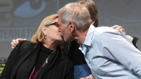 Carrie Fisher y Harrison Ford se besan delante de Mark Hamill