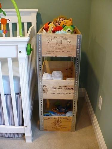 Una mala idea: almacenaje con cajas de vino en un dormitorio infantil