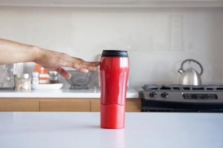 Se acabó el miedo a derramar líquidos sobre el escritorio con esta taza anticaídas