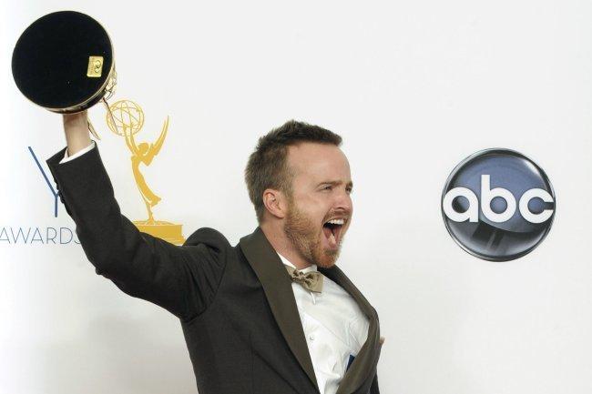 Aaron Paul levanta el premio Emmy 2012 por Breaking Bad
