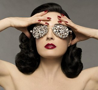 """Dita Von Teese lanzará un libro de maquillaje """"hágalo usted mismo"""""""