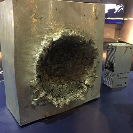 Cuando una pieza de plástico de 15 gramos golpea un bloque de aluminio a 15 kilómetros por segundo