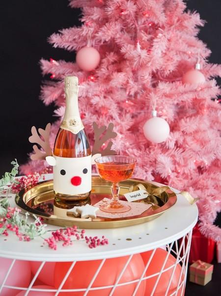 Hazlo tú mismo: convierte las botellas de vino para la cena en adornos navideños improvisados