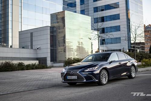 Probamos el Lexus ES 300h: una berlina híbrida extremadamente cómoda, con poca sed y un interior de lujo clásico