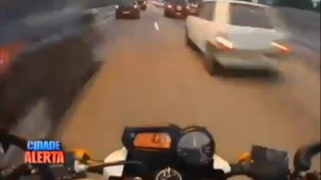 Filtrado entre los coches a la brasileña, así no