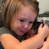 La más tierna reacción de una niña al conocer a su prima recién nacida