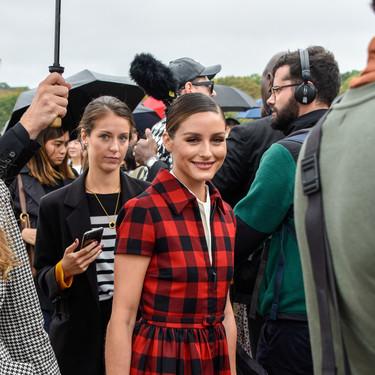 Olivia Palermo nos inspira para afrontar los días de lluvia  con su recogido efecto wet de la Semana de la Moda de Paris