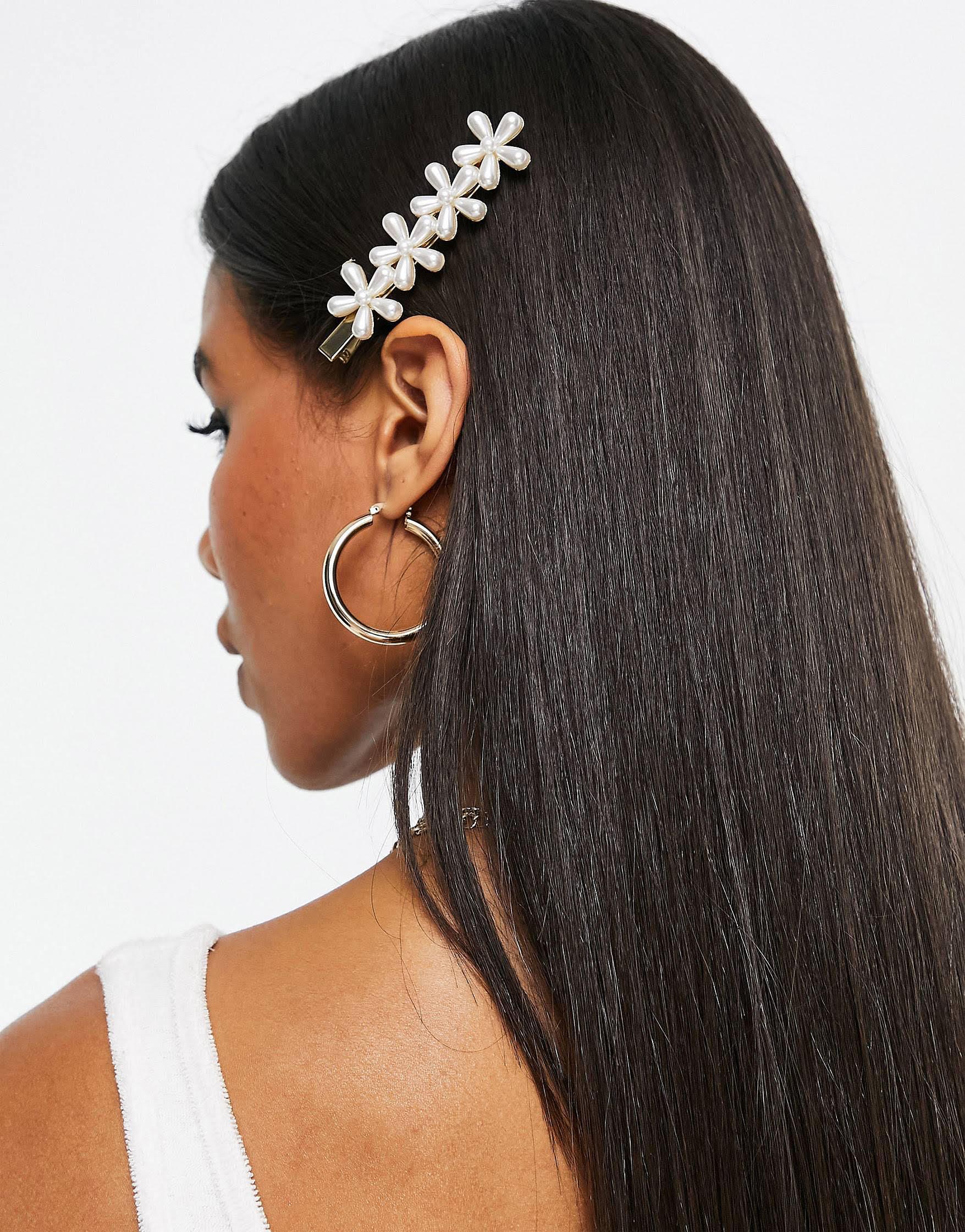 Pasador para el cabello con diseño de flores con perlas de Skinnydip
