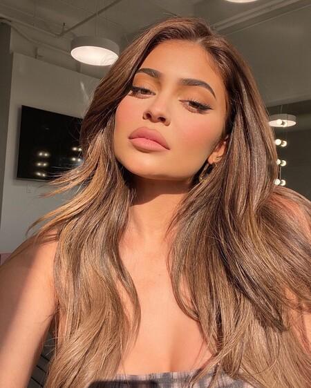 Kylie Jenner lanza un aceite para labios que completa sus lipkits y promete dejarlos suaves e hidratados